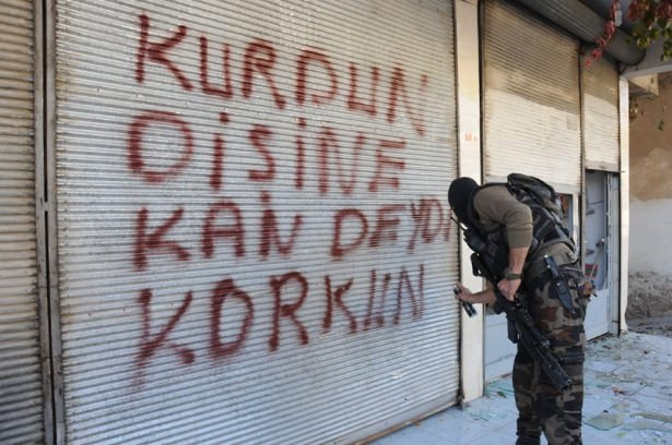 Turkish soldiers mark walls of Farqîn (Silvan) with words of hatred and threats